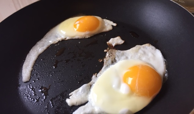 Fried eggs for perfect doneness